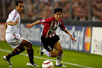 Fotball<br /> Foto: ProShots/Digitalsport<br /> NORWAY ONLY<br /> <br /> UEFA Champions League<br /> PSV Eindhoven - AC Milan<br /> 04-05-2005<br /> <br /> Young-Pyo Lee in duel met Cafu