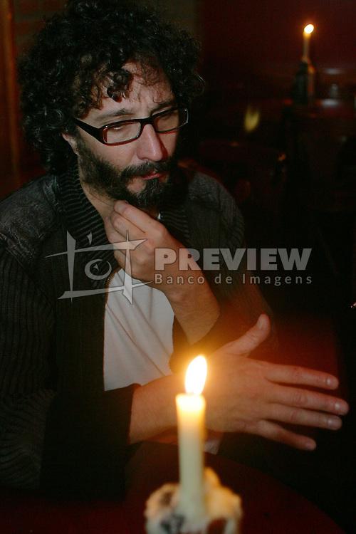 O músico pop star argentino Fito Paez, recebe alguns amigos e jornalistas no bar Barba Azul, em Porto Alegre. FOTO: Jefferson Bernardes/Preview.com
