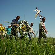 A funeral procession in Starovarvarovka.