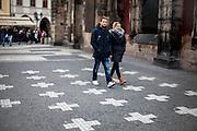 Vor dem Torso des nördlichen Flügels vom Altstädter Rathaus findet man im Pflaster 27 weiße Kreuze. Diese erinnern auf die Hinrichtung der Anführer des Aufstandes gegen Habsburger, die den zweiten Prager Fenstersturz 1618 organisiert haben. Es wurden 28 Männer zum Tode verurteilt, aber nur 27 auf dem Altstädter Ring geköpft.
