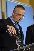 13 MAY 2004, BERLIN/GERMANY:<br /> Hans Eichel, SPD, Bundesfinanzminister, giesst sich ein Glas Wasser ein, bis zum letzten Tropfen, waehrend einer Pressekonferenz nach der Bekanntgabe der neuen Steuerschätzung, Bundesministerium der Finanzen,<br /> Hans Eichel, Federal Minister of Finance, during a press conference<br /> IMAGE: 20040513-02-013<br /> KEYWORDS: Flasche, leer, Getraenk, Getränk, trinken, trinkt