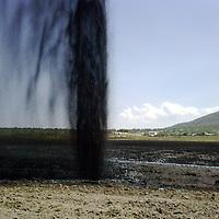 Zumpango, Mex.- Una toma clandestina en los ductos de Pemex,  fue descubierta gracias a una fuga que originó que el energético se elevara más de 35 metros sobre el nivel de piso en  sembradíos en San Juan Zitlaltepec. Agencia MVT / Juan García. (DIGITAL)<br /> <br /> NO ARCHIVAR - NO ARCHIVE