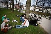 Een viertal jongeren zit in het park Lepelenburg in Utrecht te genieten van de eerste lentedag