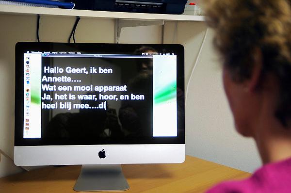 Nederland, Nijmegen, 28-10-2010Een doof-blinde vrouw woont thuis bij haar moeder en beschikt over moderne hulpmiddelen voor het lezen met grote letters, zoals een computer, en een leesloupe.Foto: Flip Franssen