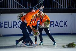 13-01-2019 NED: ISU European Short Track Championships 2019 day 3, Dordrecht<br /> Selfie Team Netherlands Tineke den Dulk, Lara van Ruijven, Yara van Kerkhof, European Champion Suzanne Schulting and Rianne de Vries after the Ladies Relay medal ceremony during the ISU European Short Track Speed Skating Championships.