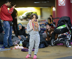 14.09.2015, Hauptbahnhof Salzburg, AUT, Fluechtlinge am Hauptbahnhof Salzburg auf ihrer Reise nach Deutschland, im Bild ein Flüchtlingskind mit Barbie Puppen // a refugee child with Barbies. Thousands of refugees fleeing violence and persecution in their own countries continue to make their way toward the EU, Main Train Station, Salzburg, Austria on 2015/09/14. EXPA Pictures © 2015, PhotoCredit: EXPA/ JFK
