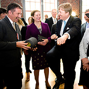 Koning en koningin bezoeken Noordrijn-Westfalen. Koning Willem Alexander  en Koningin Maxima  brengen een bezoek aan MMID / Creatieve Industrie Essen<br /> <br /> King and Queen visit North Rhine-Westphalia.<br /> King Willem Alexander and Queen Maxima visit MMID / Creative Industry Essen<br /> <br /> Op de foto / On the photo: <br /> <br />  Koning Willem Alexander krijgt een rondleiding / King Willem Alexander gets a tour