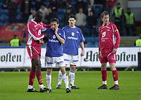 Seyi Olofinjana, Brann, beklager overfor Ardian Gashi, Vålerenga, etter at han satte albuen i ansiktet hans. Tippeligaen 2004: Vålerenga - Brann 1-0. 25. april 2004. (Foto: Peter Tubaas/Digitalsport)