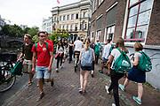 Twee groepen studenten passeren elkaar in de stad. In Utrecht de introductiedagen, onder de noemer UIT, van start gegaan. Eerstejaars studenten maken onder begeleiding van ouderejaars kennis met elkaar en de stad waar ze gaan studeren<br /> <br /> In Utrecht new students meet each other and the city during the introduction week.