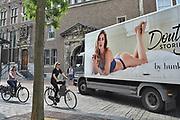 Nederland, Nijmegen, 2-7-2017Een vrachtwagen van een leverancier rijdt in de binnenstad, centrum van de stad, om goederen af te leveren bij een winkel. Het gaat om lingerie,ondergoed,damesondergoed, van het merk waar Doutzen Kroes zich aan verbonden heeft. Topmodel Doutzen Kroes is de  Hunkemoller ambassador.Foto: Flip Franssen