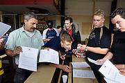 Nederland, Nijmegen, 16-6-2006..Leerlingen van het Kandinsky college, vmbo school, krijgen hun cijfers, eindcijfers van het examen, eindexamen, uitgedeeld. Diploma opleiding, voorbereidende beroepsopleiding. ..Foto: Flip Franssen./Hollandse Hoogte