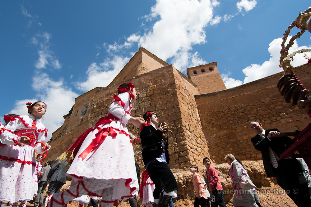 Cetina, Spain. 19th May, 2017. The 'Danzantes' dancing near the palace of Cetina.