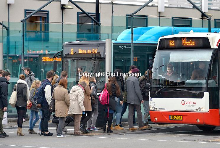 Nederland, Nijmegen, 23-11-2016Bij het busstation van de stad staan mensen te wachten om in te stappen in de bus. Het is stadsvervoer in een stadsbus van vervoerder Breng en regionaal vervoert naar Venlo. .Foto: Flip Franssen
