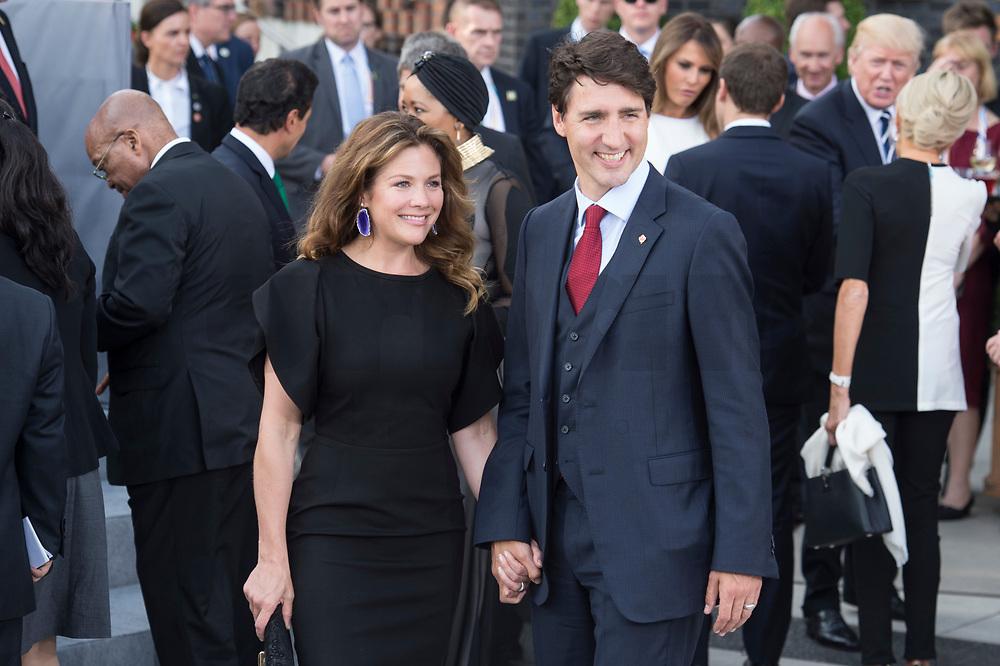 07 JUL 2017, HAMBURG/GERMANY:<br /> Justin Trudeau (R), Premierminister Kanada, und seine Ehefrau Sophie Gregoire (L), Familienfoto der G20 Teilnehmer und ihrer Partner vor der Elbphilharmonie<br /> IMAGE: 20170707-02-001<br /> KEYWORDS: G20 Summit, Deutschland, Elphi