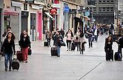 Frankrijk, Amiens, 13-5-2013Studenten keren terug naar de stad. Ze zijn het lange weekend naar hun ouders gegaan en hebben volle koffers en rugzakken bij zich.Foto: Flip Franssen/Hollandse Hoogte