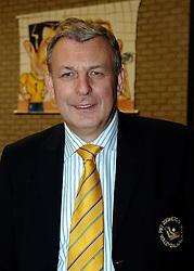 02-04-2005 VOLLEYBAL: PIET ZOOMERS D-OMNIWORLD: APELDOORN<br /> <br /> In Apeldoorn was het bezoekende Omniworld in een uitverkocht uiterst sfeervolle dynamohal het betere team dat Piet Zoomers-d met een 3-1 zege op de knieën kreeg en komende woensdag mag trachten om de 2-1 voorsprong voor de Apeldoorners teniet te doen - <br /> <br /> ©2005-WWW.FOTOHOOGENDOORN.NL