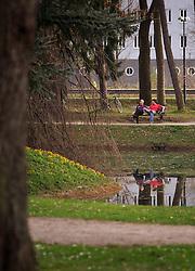 THEMENBILD - zwei Personen auf einer Parkbank im Volksgarten, aufgenommen am 05. April 2016 in Salzburg, Oesterreich // two people on a park bench in the Volksgarten, on 2016/04/05 in Salzburg, Austria. EXPA Pictures © 2016, PhotoCredit: EXPA/ JFK