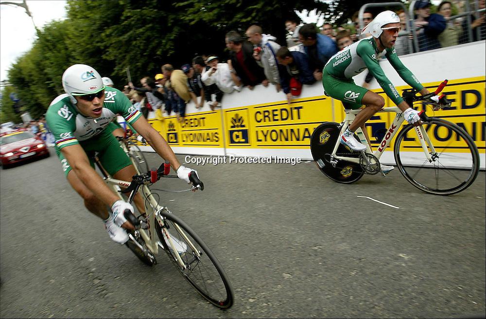 Château-Thierry 10.07.2002   Tour de France..4 etappe. Lagtempo. Credit Agricole rett før de krysser mål. Thor Hushovd til venstre.......Foto: Daniel Sannum Lauten/Dagbladet *** Local Caption *** Hushovd,Thor;Agricole,Crédit