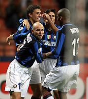 Fotball<br /> Italia<br /> Foto: Inside/Digitalsport<br /> NORWAY ONLY<br /> <br /> 07.11.2007<br /> UEFA Champions League<br /> Inter v CSKA Moskva<br /> <br /> La gioia di Javier Zanetti - Hernan Crespo - Maicon e Esteban Cambiasso dopo il gol del 2-2