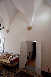 Casetta nel centro storico di Alessano (LE) Salento..Alessano è un comune italiano di 6.480 abitanti[1] della provincia di Lecce in Puglia..Situato nel basso Salento, comprende anche la frazione di Montesardo e la località costiera di Marina di Novaglie. In passato ricoprì un ruolo preminente su tutto il Capo di Leuca; fu sede di diocesi fino al 1818 e capoluogo di contea.