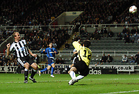 Fotball<br /> UEFA Cup 2004/2005<br /> Foto: BPI/Digitalsport<br /> NORWAY ONLY<br /> 04.11.2004<br /> <br /> Newcastle v Dinamo Tblisi<br /> <br /> Alan Shearer hits the ball over the bar from within the six yard box