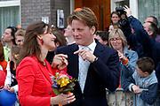 On Queensday, april 30th the Queen attends the celebrations of Queensday in Scheveningen near the Hague.<br /> This is her 25th jubilee.<br /> <br /> Op Koninginnedag, 30 april, is de Koningin  's Middags aanwezig metn en haar familie het koninginnedagfeest mee te vierten in Scheveningen.<br /> <br /> On The photo / On the Photo;<br /> <br /> Pieter-Christiaan met Anita van Eijk