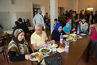 DEU, Deutschland, Germany, Berlin, 29.03.2016: Flüchtlinge beim Mittagessen in einer Notunterkunft für Flüchtlinge des Christlichen Jugenddorfwerks (CJD) am Groß-Berliner Damm in Berlin-Johannistal.