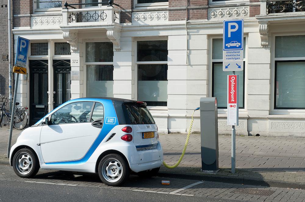 Nederland, Amsterdam, 27 maart 2012.Electrische deelauto van Car2go bij parkeerplaats en oplaadpunt. De gemeente Amsterdam heeft op veel plaatsen parkeerruimte gereserveerd voor electrische deelauto's..Foto (c): Michiel Wijnbergh
