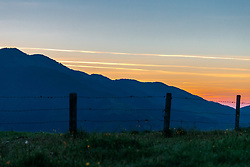THEMENBILD - Blick auf eine Bergkette mit einem Weidezaun bei Sonnenaufgang, aufgenommen am 18. Mai 2017, Kaprun, Österreich // View of a mountain chain with a willow fence at sunrise at Kaprun, Austria on 2017/05/11. EXPA Pictures © 2017, PhotoCredit: EXPA/ JFK