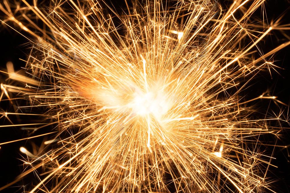 Påtent stjernefyrstikk som sender rødglødende, sprakende lys i alle retninger.