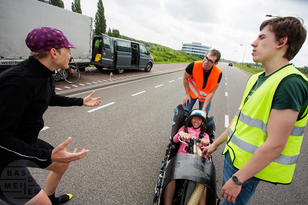 Iris Slappendel motiveert Aniek Rooderkerken die in de VeloX zit. Op een weg op de campus van de TU Delft oefent het team met het rijden in een Velox. In september wil het Human Power Team Delft en Amsterdam, dat bestaat uit studenten van de TU Delft en de VU Amsterdam, tijdens de World Human Powered Speed Challenge in Nevada een poging doen het wereldrecord snelfietsen voor vrouwen te verbreken met de VeloX 7, een gestroomlijnde ligfiets. Het record is met 121,44 km/h sinds 2009 in handen van de Francaise Barbara Buatois. De Canadees Todd Reichert is de snelste man met 144,17 km/h sinds 2016.<br /> <br /> With the VeloX 7, a special recumbent bike, the Human Power Team Delft and Amsterdam, consisting of students of the TU Delft and the VU Amsterdam, also wants to set a new woman's world record cycling in September at the World Human Powered Speed Challenge in Nevada. The current speed record is 121,44 km/h, set in 2009 by Barbara Buatois. The fastest man is Todd Reichert with 144,17 km/h.