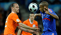 Andre Ooijer (NED) gegen Thierry Henry (FRA). © Manu Friederich/EQ Images