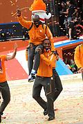 Nederlandse Olympische ploeg komt thuis en wordt gehuldigd op het plein voor Station Den Bosch.<br /> <br /> Op de foto:  Churandy Martina  op de schouders van Brian Mariano
