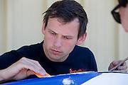 Marcel van DIjk repareert de schade aan VeloX IV na de val tijdens een training in de ochtend. Het Human Power Team Delft en Amsterdam (HPT), dat bestaat uit studenten van de TU Delft en de VU Amsterdam, is in Amerika om te proberen het record snelfietsen te verbreken. Momenteel zijn zij recordhouder, in 2013 reed Sebastiaan Bowier 133,78 km/h in de VeloX3. In Battle Mountain (Nevada) wordt ieder jaar de World Human Powered Speed Challenge gehouden. Tijdens deze wedstrijd wordt geprobeerd zo hard mogelijk te fietsen op pure menskracht. Ze halen snelheden tot 133 km/h. De deelnemers bestaan zowel uit teams van universiteiten als uit hobbyisten. Met de gestroomlijnde fietsen willen ze laten zien wat mogelijk is met menskracht. De speciale ligfietsen kunnen gezien worden als de Formule 1 van het fietsen. De kennis die wordt opgedaan wordt ook gebruikt om duurzaam vervoer verder te ontwikkelen.<br /> <br /> Marcel repairs the VeloX4 speed bike after a crash during a training. The Human Power Team Delft and Amsterdam, a team by students of the TU Delft and the VU Amsterdam, is in America to set a new  world record speed cycling. I 2013 the team broke the record, Sebastiaan Bowier rode 133,78 km/h (83,13 mph) with the VeloX3. In Battle Mountain (Nevada) each year the World Human Powered Speed Challenge is held. During this race they try to ride on pure manpower as hard as possible. Speeds up to 133 km/h are reached. The participants consist of both teams from universities and from hobbyists. With the sleek bikes they want to show what is possible with human power. The special recumbent bicycles can be seen as the Formula 1 of the bicycle. The knowledge gained is also used to develop sustainable transport.