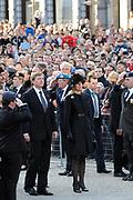 Nationale Dodenherdenking bij het Monument op de Dam.<br /> <br /> National Memorial Day at the Monument on the Dam.<br /> <br /> Op de foto:  Koning Willem-Alexander en koningin Máxima aanwezig. Het is het eerste publieke optreden van het nieuwe koningspaar. <br /> <br /> King Willem-Alexander and Máxima present queen. It is the first public appearance of the new royal couple.