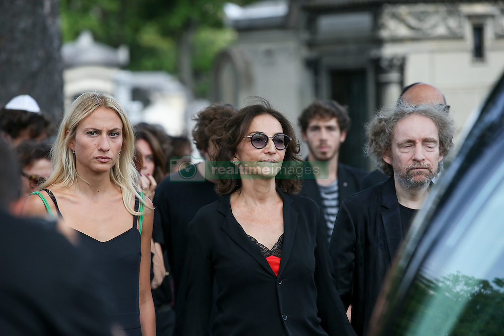 Beerdigung von Sonia Rykiel auf dem Friedhof Montparnasse in Paris / 010916 *** Sonia Rykiel's daughter, Nathalie, right, flanked with her daughter Lola, second right and family members attend a ceremony for the funeral of French designer Sonia Rykiel at Montparnasse cemetary in Paris, Wednesday, Sept. 1, 2016.