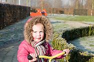 """Nederland, Herpen, 20090128...De kinderen spelen buiten. Meisje lacht naar de camera...Kinderopvang 'Op de boerderij' in Herpen...""""OP DE BOERDERIJ"""" kinderopvang..is gevestigd bij een vleesveebedrijf te Herpen...Wandelen op het erf van de boerderij....Netherlands, Herpen, 20090128. ..The children take a walk..Childcare on the farm in Herpen. ..""""ON THE FARM"""" childcare ..is located at a beef farm in Herpen.    .."""