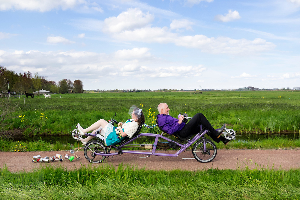 In Zegveld zijn Marjolein en Rob net getrouwd en gaan op de ligfiets op weg naar het feest.<br /> <br /> In Zegveld Marjolein and Rob are just married and on their way on their recumbent tandem to the party.