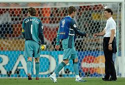 25-06-2006 VOETBAL: FIFA WORLD CUP: NEDERLAND - PORTUGAL: NURNBERG<br /> Oranje verliest in een beladen duel met 1-0 van Portugal en is uitgeschakeld / Marco van Basten, Edwin van der Sar en Maarten Stekelenburg <br /> ©2006-WWW.FOTOHOOGENDOORN.NL
