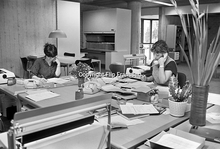 Nederland, Nijmegen, 15-6-1979Kantoor in het gebouw van de GGD,gemeentelijke gezondheidsdienst . Typemachine, vaste telefoon en papieren archief en roken.Foto: Flip Franssen