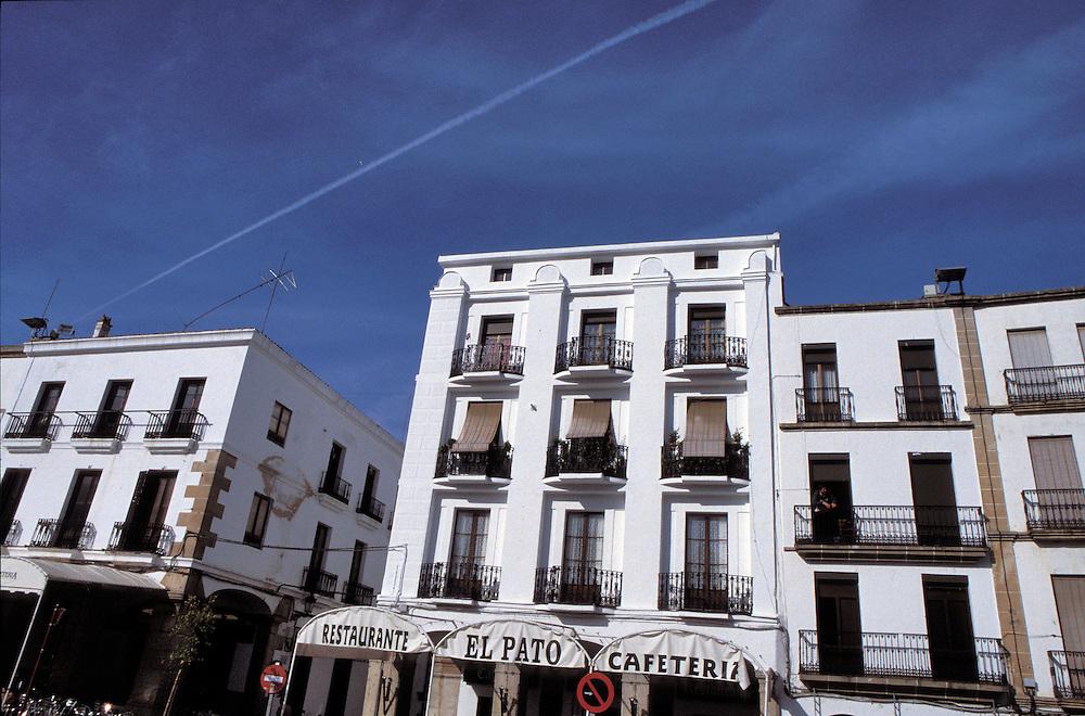 Detalle de los edificios típicos de la Plaza Mayor de Cáceres (España),