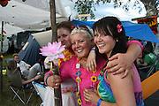 Fosninger hadde Hawaii som tema på årets Sommerfestival. F.v. Carina Sundet og Kathrine og Marie Skjævik.  Foto: Bente Haarstad Sommerfestivalen i Selbu er en av Norges største musikkfestivaler. Sommerfestivalen is one of the biggest music festivals in Norway.