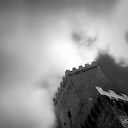 Erice a 750 metri sul monte omonimo, offre una vista spettacolare sulla città di Trapani e le Isole Egadi a nord ovest della costa siciliana..Torri del Balio.  .Erice is located on top of Mount Erice, at around 750m above sea level, overlooking the city of Trapani and the Aegadian Islands on Sicily's north-western coast, providing spectacular views..Balio Towers