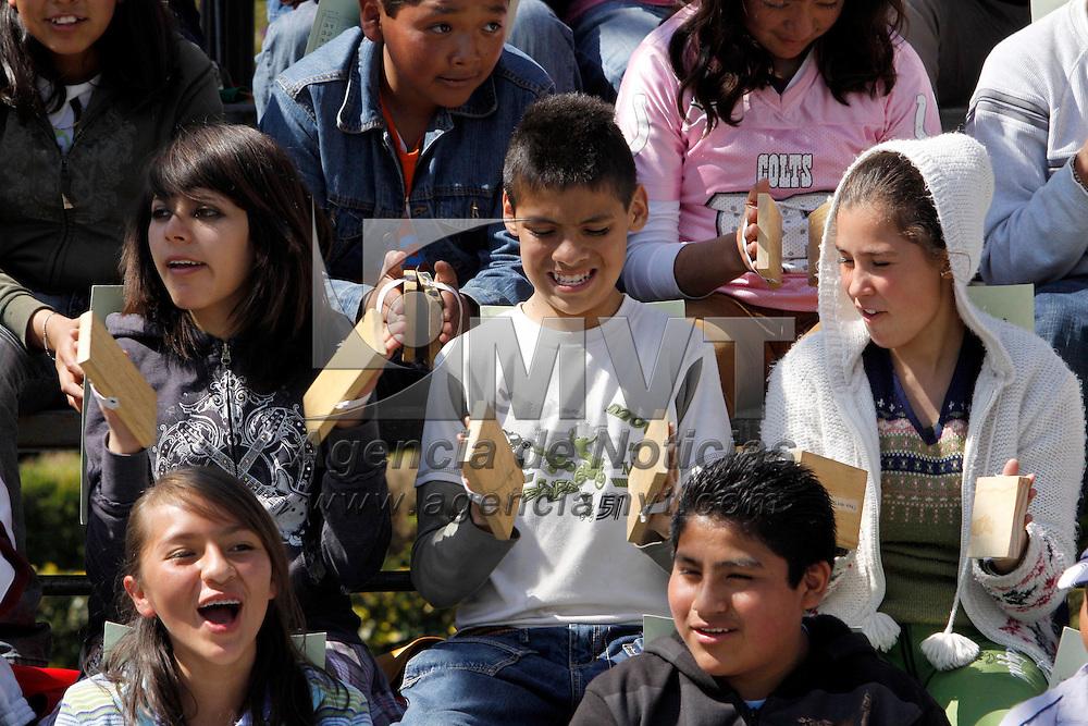 TOLUCA, México.- Alumnos de secundaria practican para la ceremonia cívica que se realizara el próximo 20 de Noviembre con motivo del Centenario de la Revolución Mexicana, desde temprana hora acuden a la plaza de los Mártires para ensayar las tablas rítmicas. Agencia MVT / Crisanta Espinosa. (DIGITAL)