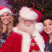 NLD/Hilversum /20131210 - Sky Radio Christmas Tree For Charity 2013, Jennifer Lynn en Julia van der Toorn met de kerstman