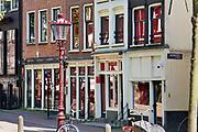 Nederland, Amsterdam, 16-5-2020 Gesloten kamers van prostituees op de wallen . De regering laat het normale dagelijks leven weer langzaam opstarten . Door de afwezigheid van toeristen is het ongewoon rustig op de wallen en de rest van de binnenstad van Amsterdam en is de stad te zien zoals jaren geleden was . geschiedenis, typisch,amsterdams,iconisch,historische,bebouwing,architectuur . Unlock,beperkende,beperkingen, opheffen,versoepelen,versoepeling , opengooien, massatoerisme,toeristisch, toeristische,toerisme,redlight,district,redlightdistrict,amsterdamse  , historische,grachten, hoeren,prostitutie,rood,kamers,sekswerker,sekswerkers , oudezijds achterburgwal, Foto: Flip Franssen