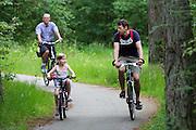 In de omgeving van Soest fietst een vader met zijn dochtertje.<br /> <br /> Near Soest a father cycles with his daughter.