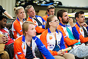 De rijders meeting. Het Human Power Team Delft en Amsterdam (HPT), dat bestaat uit studenten van de TU Delft en de VU Amsterdam, is in Amerika om te proberen het record snelfietsen te verbreken. Momenteel zijn zij recordhouder, in 2013 reed Sebastiaan Bowier 133,78 km/h in de VeloX3. In Battle Mountain (Nevada) wordt ieder jaar de World Human Powered Speed Challenge gehouden. Tijdens deze wedstrijd wordt geprobeerd zo hard mogelijk te fietsen op pure menskracht. Ze halen snelheden tot 133 km/h. De deelnemers bestaan zowel uit teams van universiteiten als uit hobbyisten. Met de gestroomlijnde fietsen willen ze laten zien wat mogelijk is met menskracht. De speciale ligfietsen kunnen gezien worden als de Formule 1 van het fietsen. De kennis die wordt opgedaan wordt ook gebruikt om duurzaam vervoer verder te ontwikkelen.<br /> <br /> The Human Power Team Delft and Amsterdam, a team by students of the TU Delft and the VU Amsterdam, is in America to set a new  world record speed cycling. I 2013 the team broke the record, Sebastiaan Bowier rode 133,78 km/h (83,13 mph) with the VeloX3. In Battle Mountain (Nevada) each year the World Human Powered Speed ??Challenge is held. During this race they try to ride on pure manpower as hard as possible. Speeds up to 133 km/h are reached. The participants consist of both teams from universities and from hobbyists. With the sleek bikes they want to show what is possible with human power. The special recumbent bicycles can be seen as the Formula 1 of the bicycle. The knowledge gained is also used to develop sustainable transport.