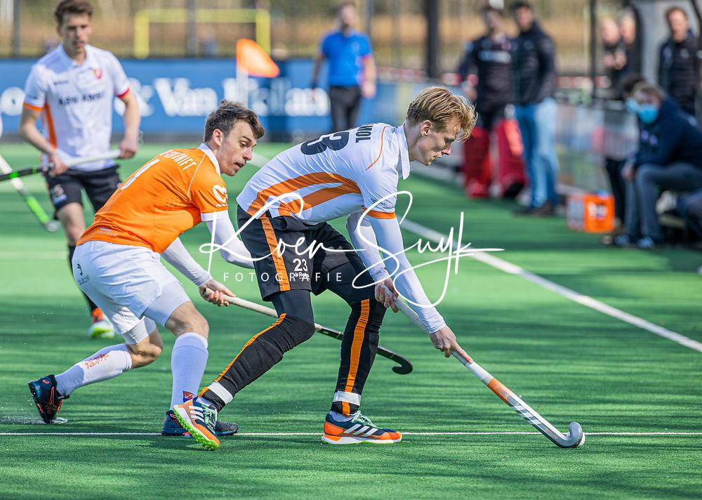 BLOEMENDAAL - Joep de Mol (Oranje Rood)  met Yannick van der Drift (Bldaal)   tijdens de hoofdklasse hockeywedstrijd heren , Bloemendaal-Oranje Rood  (3-1).  COPYRIGHT  KOEN SUYK