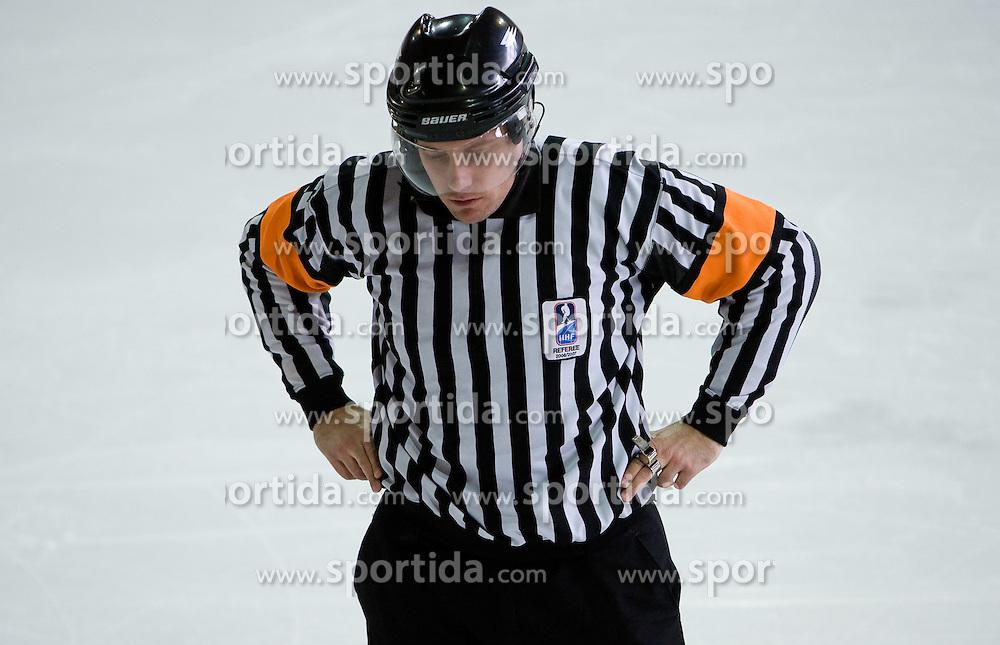 Znak za disciplinsko kazen (2). Misconduct penalty. Slovenski hokejski sodnik Damir Rakovic predstavlja sodniske znake. Na Bledu, 15. marec 2009. (Photo by Vid Ponikvar / Sportida)